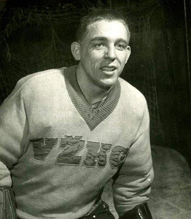 Hokejový brankář a legenda Josef Mikoláš.