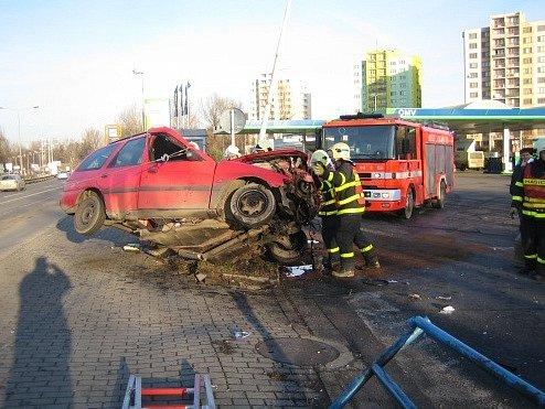 V pátek 28. listopadu odpoledne v Ostravě-Fifejdách narazil do sloupu osobní automobil.