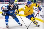 Mistrovství světa hokejistů do 20 let, zápas o 3. místo: Švédsko - Finsko, 5. ledna 2020 v Ostravě. Na snímku (zleva) Anttoni Honka (FIN), Samuel Fagemo (SWE).