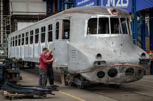 """Motorový vůz M 290.0označovaný též podle spoje, na němž jezdil, také jako """"Slovenská strela"""", prochází generální rekonstrukcí vhranických dílnách společnosti Českomoravská železniční opravna."""