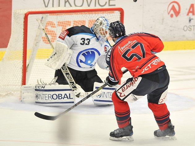 ČERVENÁ ŠTĚSTÍ NEPŘINESLA. Hokejisté Vítkovic nastoupili poprvé v sezoně v červených dresech, ale výhru jim nepřinesly. S Plzní v pátek prohráli 0:2. Na snímku míjí ve velké šanci kapitán Ostravanů Rostislav Olesz.