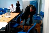 Fena Qarra a Martin Štěrba předvedli na závěr tiskové besedy, jak se hledají drogy.