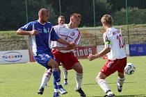 Schön z Vítkovic v boji s třineckými hráči