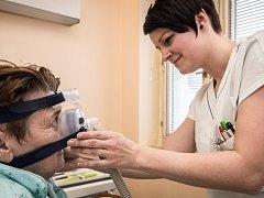 Marcela Smočková, zdravotní sestra plicního oddělení Vítkovické nemocnice, nasazuje pacientce obličejovou masku, která se používá k léčbě obstrukční spánkové apnoe.