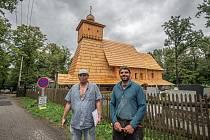 Zleva projektant Antonín Závada a tesař Antonín Papšík. Stavba repliky vyhořelého kostelíku Božího Těla, září 2020 v Gutech.