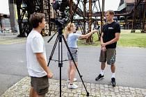 AMBASADOR ME V ROLI HERCE. Nahrávač Jakub Janouch (vpravo) při natáčení v Dolních Vítkovicích.