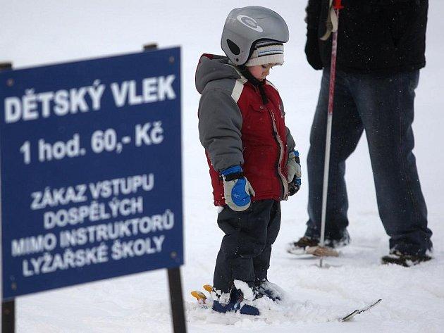 Lyžařská sezona na sjezdovce Skalce mezi Ostravou a Vřesinou je v plném proudu.
