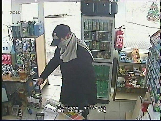 Poznáte lupiče, který s nožem v ruce přepadl benzinku?