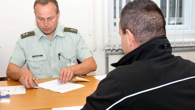 Zájemce o práci v armádě při pohovoru s pracovníkem oddělení náboru, praporčíkem Pavlem Kolaskou