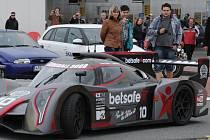 Luxusní vozy při každém ročníku budí velkou pozornost. Nejinak tomu bylo i vloni, kdy si lidé automobily fotili na odpočívadle u Klimkovic.