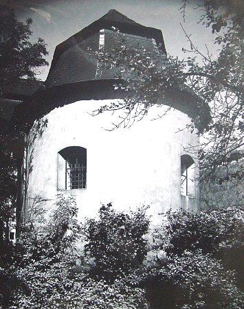 Poslední obranná hradební bašta stávala vněkdejší farské zahradě. Byla zbourána vroce 1929.