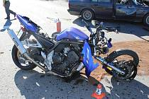 Motocyklista utrpěl při nárazu do vozidla, které mu nedalo přednost, těžké zranění.