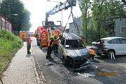 Plameny jedno vozidlo zcela zničily, druhé poškodily.
