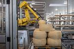 Robotizovaný sklad sklad sýrů společnosti Gran Moravia, 12. srpna 2021 v Cogollo del Cengio v provincii Vicenza, Benátsko, Itálie. Příjem bochníků sýru.