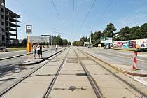 Krajský úřad. Tramvajová zastávka nevyhovuje bezpečnostním standardům. Bude se proto modernizovat.