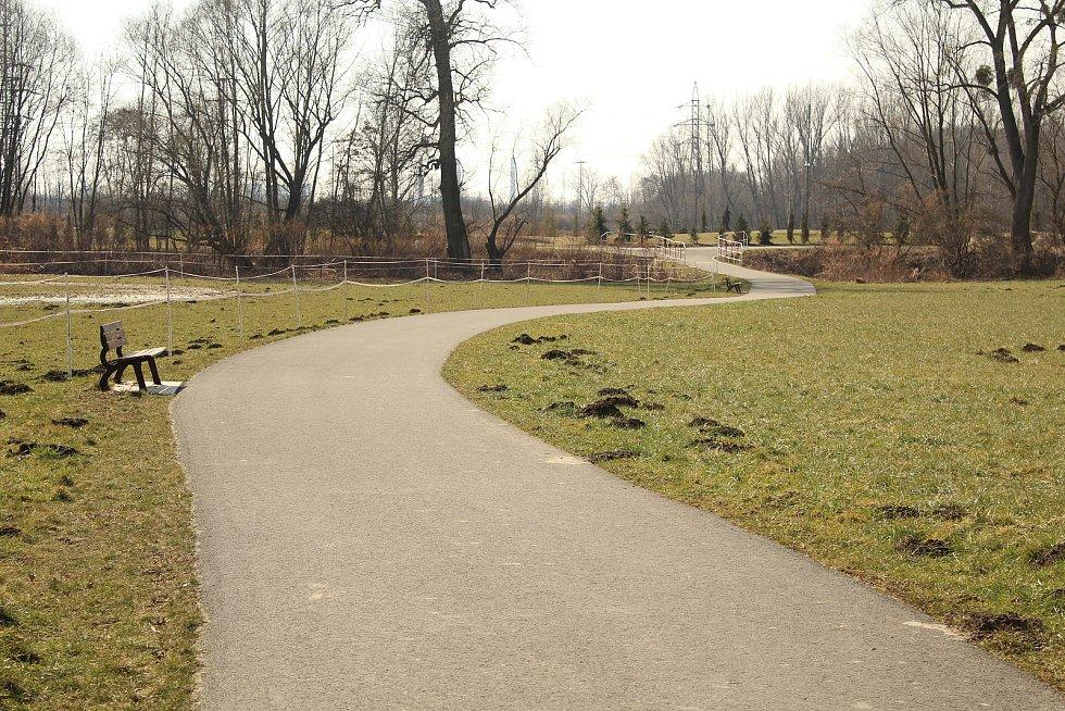 Odpočinková stezka pro pěší, kočárky, cyklisty i bruslaře.