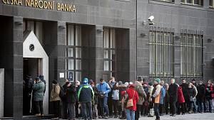 Fronta před ostravskou pobočkou České národní banky