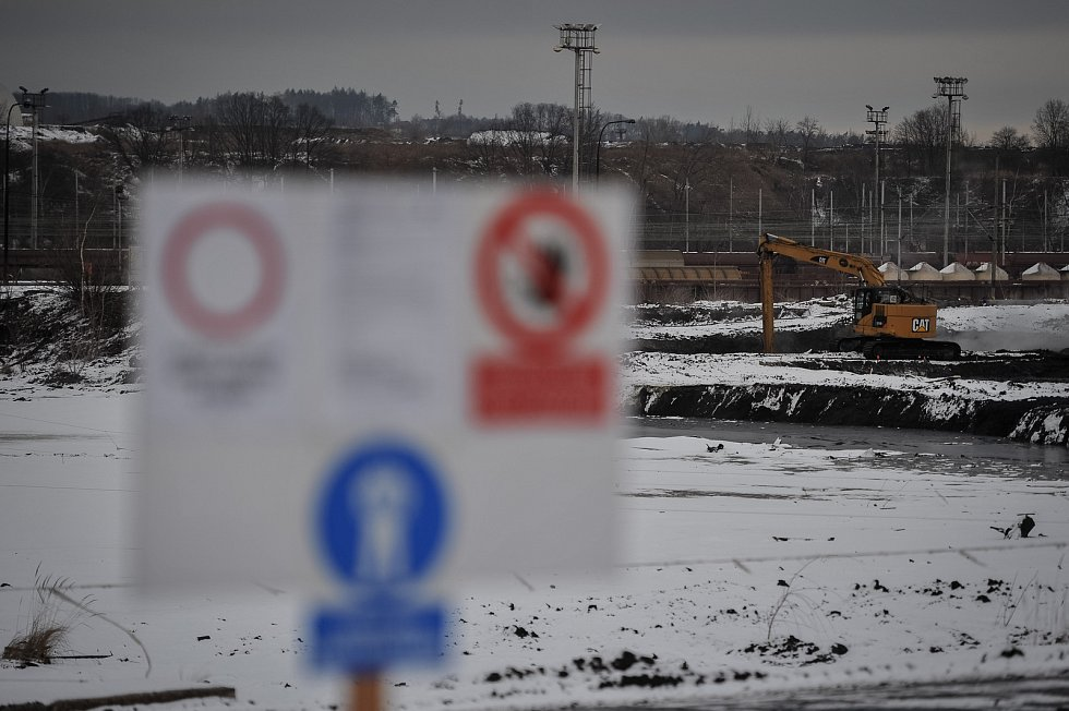 Ostravské laguny, snímek z 18. ledna 2018. Pozůstatky výroby ropných produktů, zejména ale odpad z recyklovaných vyjetých motorových olejů, tvoří obsah kalových lagun, které jsou největší ekologickou zátěží v Česku.