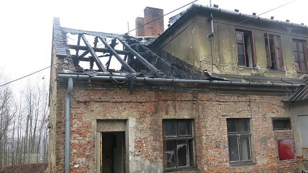 Dům ve Slezské Ostravě po nočním požáru.