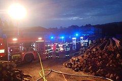 Zásah hasičů u požáru střechy kotelny na velké pile v Bystřici.