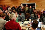 Debata o projektu Hala pro šest tisíc nosnic na zastupitelstvu Nové Bělé.