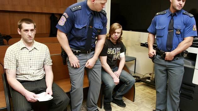 Petr Sedláček (na snímku vlevo, v kostkované košili) a Josef Maléř (na snímku vpravo, v triku) u ostravského soudu.