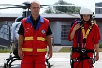 Redaktorka Deníku si v rámci prohlídky hangáru leteckých záchranářů měla také možnost obléct postroj, který se používá k podvěsu pod vrtulníkem, když se pacient nachází v nepřístupném terénu.