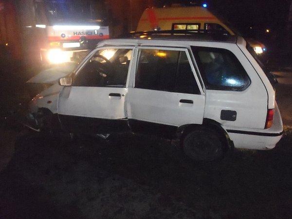 Hasiči vyprošťovali vnoci na neděli vPříboru řidičku auta ve sloupu.
