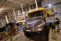 Nejen technika, ale i takřka padesátičlenná týmová skupina lidí Bonver Dakar Project včera úspěšně absolvovala důkladné technické a administrativní přejímky.
