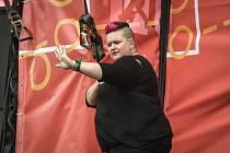 Amber Galloway Gallego (USA) - tlumočnice hudebních koncertů do znakového jazyka na snímku z festivalu Colours of Ostrava 2018