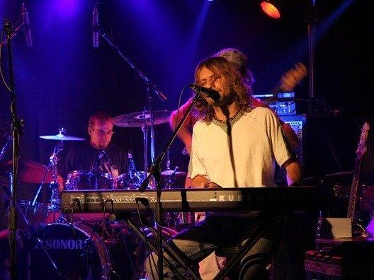 Jedno z vystoupení v klubu Boomerang na Stodolní ulici.