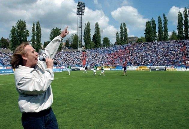 Jaromír Nohavica zpívá hymnu Baníku zaplněným Bazalům.