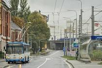 Premiérovou jízdu na nové trati má za sebou trolejbus na lince 105, který v neděli přivezl první pasažéry až k nákupnímu centru Nová Karolina v centru Ostravy.