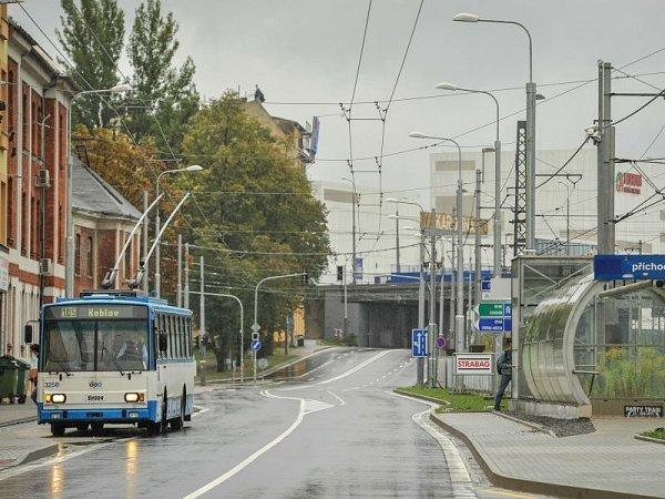 Premiérovou jízdu na nové trati má za sebou trolejbus na lince 105, který vneděli přivezl první pasažéry až knákupnímu centru Nová Karolina vcentru Ostravy.