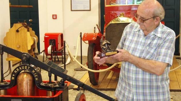 Arnošt Karas, dvacetitisící návštěvník Hasičského muzea v Ostravě