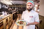 Restaurace Pizza Coloseum připravila Svatomartinskou husu, která je součástí Svatomartinských hodů, 8. listopadu 2019 v Ostravě. Oca al forno con crauti.