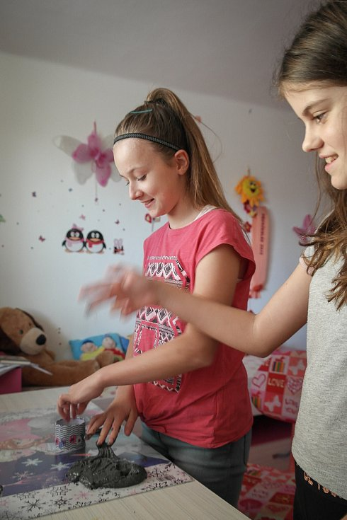 Děti si hrají se slizem.