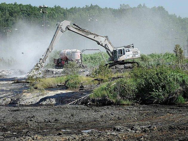 Laguny. Teď je to místo plné ropných odpadů, za pár let tam má být les.