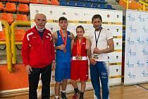 Nejúspěšnějšími reprezentanty na MEJ juniorů v Černé Hoře se stali stříbrní medailisté Erik Suchý a Claudia Tótová, na snímku s trenéry SCM Jiřím Kotibou (vlevo) a Romanem Nevrlou. Foto: archiv ČBA