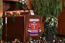 Ve smuteční síni krematoria ve Slezské Ostravě se rodina, hokejový svět, kolegové novináři i kamarádi rozloučili s legendárním brankářem Josem Mikolášem (77 let).