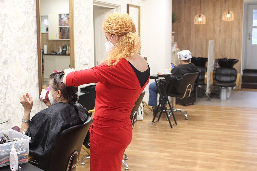 V pondělí 3. května 2021 se otevřelo i Studio Karin v centru Ostravy. Na snímku majitelka Karin Dluhošová.