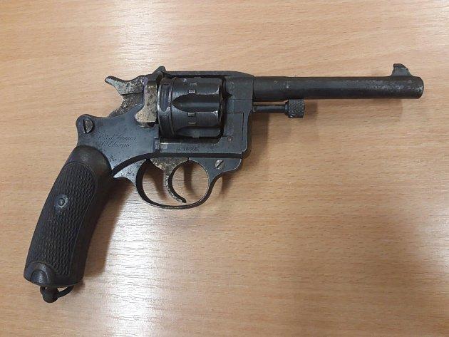 Revolver St. Eienne 1892odevzdaný při zbraňové amnestii.