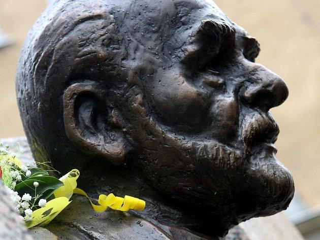 Díky dlouhodobé snaze studentů a učitelů Jazykového gymnázia Pavla Tigrida teď z původního Leninova podstavce shlíží bronzová busta významného českého představitele exilu – Pavla Tigrida.