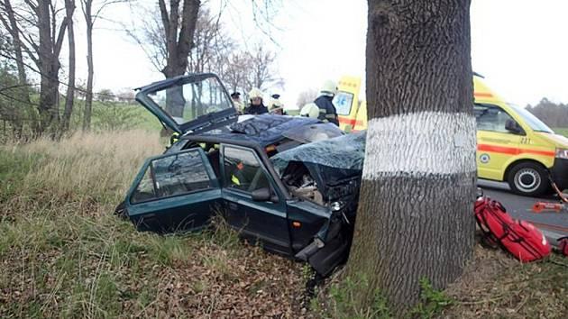 Auto narazilo do stromu. Řidiče museli vyprostit hasiči.