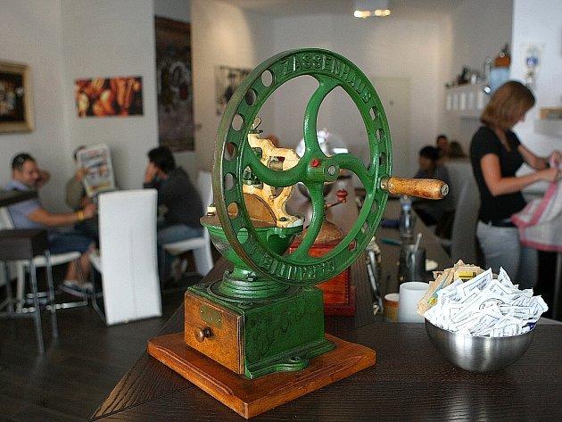 Pražírna Caffe Trieste nemá vlastní webové stránky. Otevřeno je od pondělí do soboty od 6 do 19 hodin.