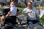 Trenér Dušan Medvecký (vlevo) podepsal smlouvu na další sezonu s předsedou královopolského klubu Richardem Foltýnem (vpravo). Foto: KP Brno