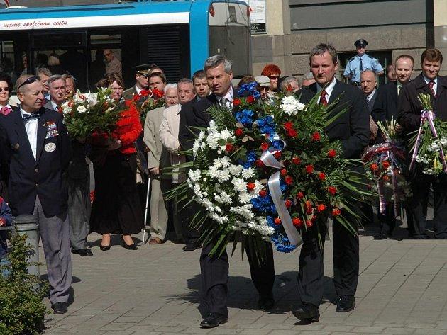 ÚCTA. Památku padlých ve druhé světové válce uctili v pondělí váleční veteráni, představitelé Ostravy i diplomaté.