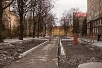 Šikmá parkovací stání a nová vozovka měly být ve spodní části ulice Matěje Kopeckého v Porubě dokončeny už v listopadu minulého roku.