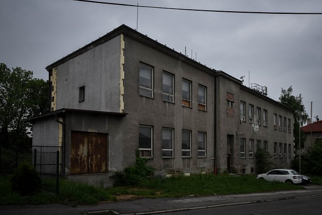 Před dvěma a půl lety začal Mitrustav rovněž vHeřmanicích rekonstruovat bývalou školu ve Vrbické ulici. Dodnes vypadá zvenčí prakticky stejně.