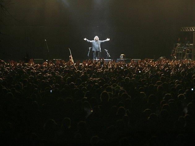 Jaromír Nohavica se loučí s publikem po svém vystoupení na hudebním festivalu Colours of Ostrava 11. července 2009.